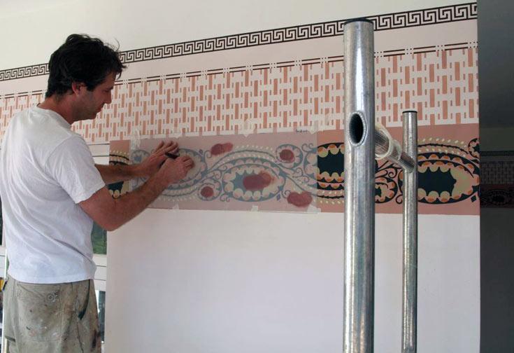 עבודות לשחזור הציורים. בדרך כלל המיקומים שלהם קבועים: בחדרי מדרגות, במרפסות ובקירות פנימיים (צילום: שי פרקש)