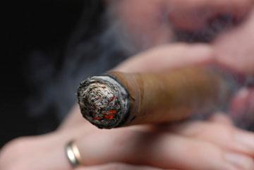 עישון סיגרים מסוכן כמו סיגריות (צילום: thinkstock)