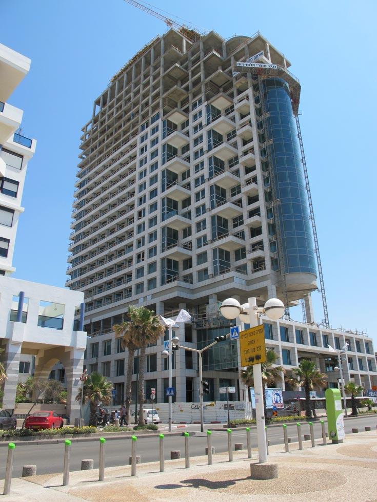 המגדל, שנמצא בשלבי בנייה מתקדמים.  241 חדרים בבית המלון, המשולבים בדירות פאר (צילום: מיכאל יעקבסון )