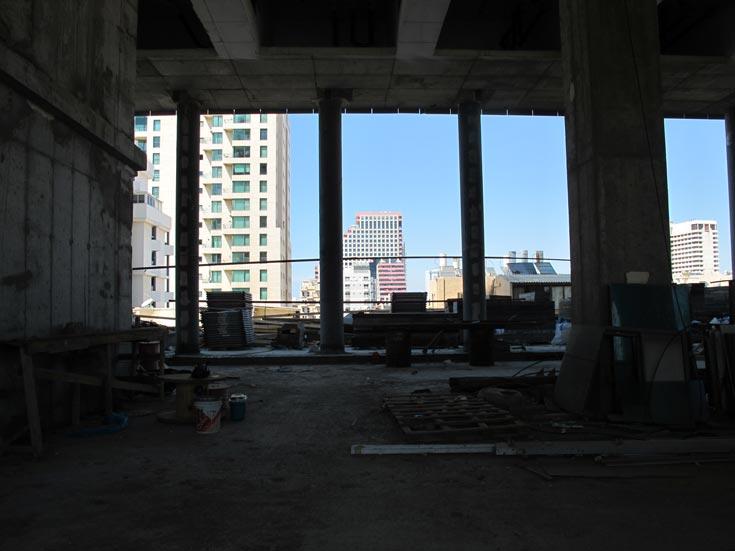 מבט מהבניין צפונה (מגדל האופרה הסמוך נראה ברקע). קומת הפנטהאוז נמכרה למיליארדר היהודי משקביץ (צילום: מיכאל יעקבסון )