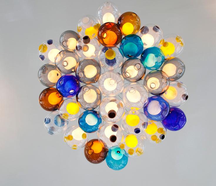 מתוך סדרת המנורות 28. ארבל נותן לעבודותיו מספרים במקום שמות. כך מקבלות כולן - מנורה, כיסא או בניין - אותה מידה של חשיבות