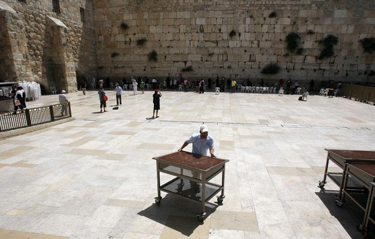 רחבת הכותל המערבי, כיום. במקור היה זה קיר תמך לרחבת הר הבית שנשאה את בית המקדש (צילום: חיים צח)