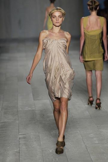 דוגמנית בתצוגת האופנה של דיור, 2006 (צילום: gettyimages)