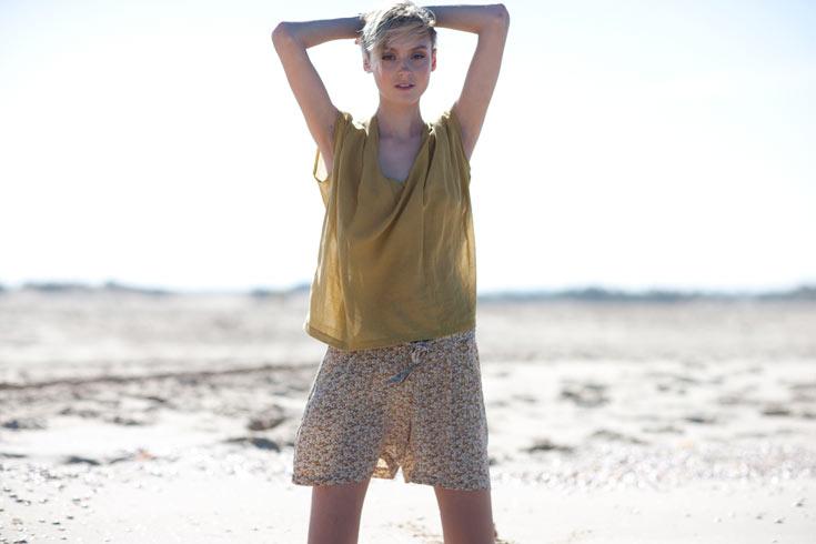 קולקציית הקיץ של אמריקן וינטג'. מגוון בגדי משי קלילים בסגנון בוהו-שיק לצד פריטים קלאסיים בצבעי אדמה (צילום: דן שוורץ)