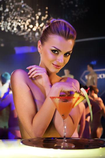 כל מה שאת צריכה זה חיוך. ובמקרה של הבחורה הזו, גם טעם קצת יותר טוב באלכוהול (צילום: shutterstock)