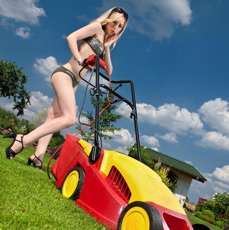 ''שיט, אני לא מאמינה ששוב שכחתי להתאים את הצבע של המכסחה לדשא'' (צילום: shutterstock)