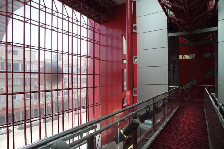 הכניסה החדשה, כפי שהיא משתקפת מהמבנה החדש. ממול: רחוב הארבעה (צילום: אמית הרמן)