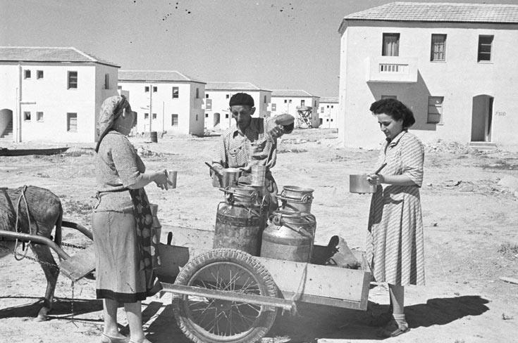 החלבנים חילקו את החלב בשכונות מתוך כדים שהובלו על עגלה רתומה לחמור. חלבן בבאר שבע בתחילת שנות ה-50 (צילום: דוד רובינגר)