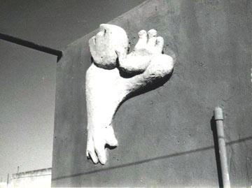 הפסל ''האיש שבקיר'' של סעדיה מנדל, בדירה של יער (באדיבות יעקב יער)