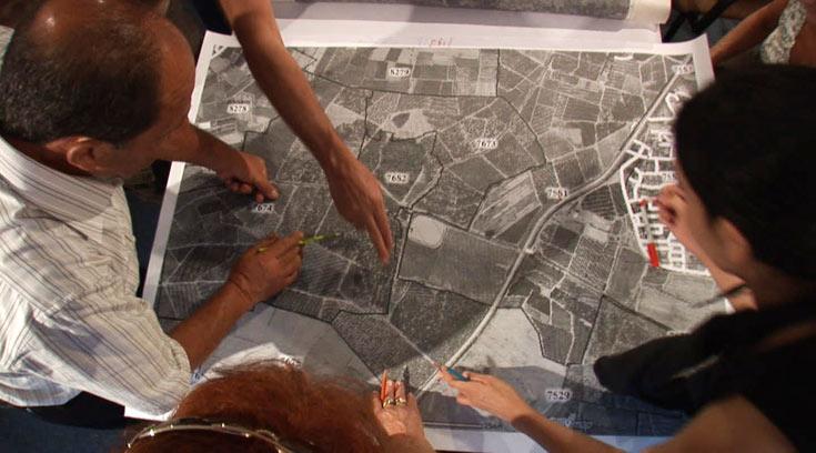 צילומים מתוך הסדנה. עוברים על המפות ודנים, בין היתר, במספר יחידות הדיור הדרושות (צילום: נמרוד צין)