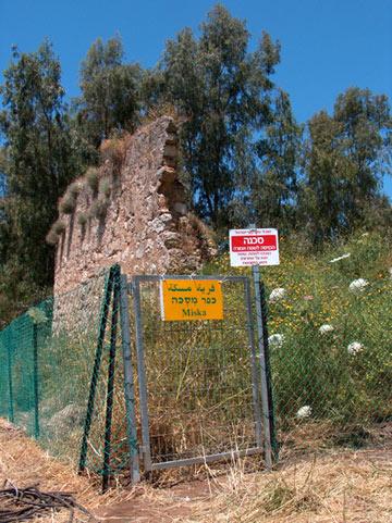 מיסכה. שרידי מסגד, יסודות מבנים ורהט מרשים (צילום: מיכאל יעקבסון)