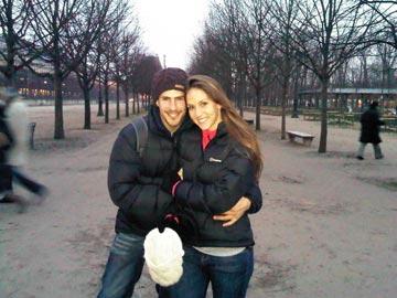 בתמונה: איילה וטומי מוצאים את הצ'כי הישר היחיד בפראג שהואיל בטובו להחזיר להם את המצלמה