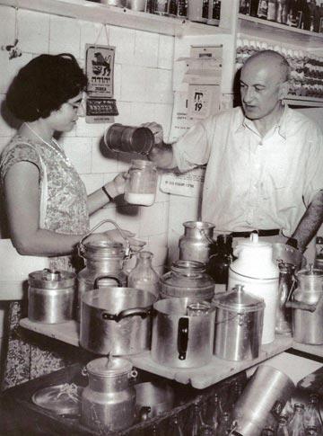 הכלים לחלב הובאו מהבית - והכמות נמדדה בכוס פח (צילום: נוסטלגיה אונליין - nostal.co.il)
