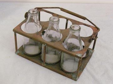 החלב הונח בפתח הבית. מנשא בקבוקים של חלבן (צילום: נוסטלגיה אונליין - nostal.co.il)
