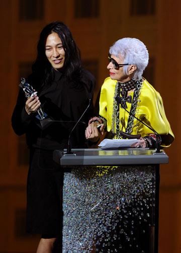 איריס אפפל ואלכסנדר וונג. זוכה פרס האביזרים (צילום: gettyimages)