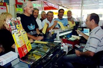 מקווים לטוב. דוכן של מפעל הפיס באשדוד (צילום: גדי קבלו)