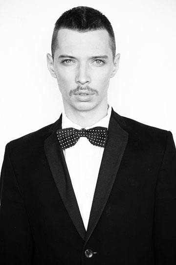 הדוגמן דניאל דון בצילום של איתן טל. ''כולם מפחדים שידבק בהם הדימוי של חברה הפונה להומואים'' (צילום: איתן טל)