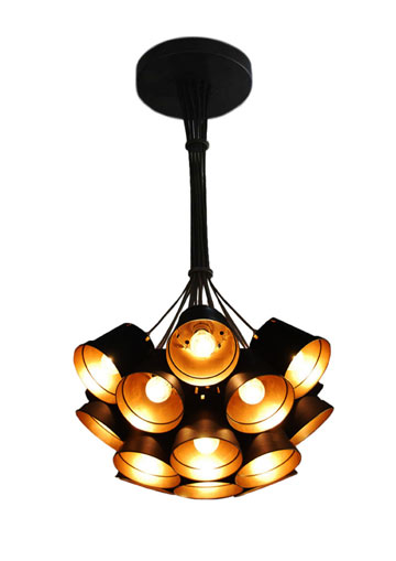 מנורה אחרת של ניר מאירי, העשויה עציצים חד פעמיים (צילום: מתי דילבה)