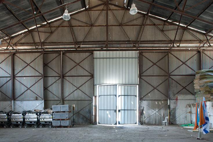 האנגר המטוסים. גם דלתות הענק שנעו על מערכת מסילות וגלגלים ונותרו בשלמותן, ישומרו וישובו לפעול (צילום: טל ניסים)