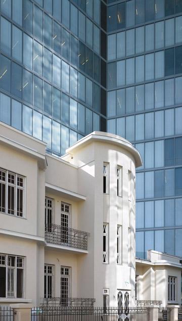 עוד חדש וישן בשדרה: מגדל הבינלאומי, ליד המבנה ששומר במסגרת הפרויקט (צילום: עמית גרון)