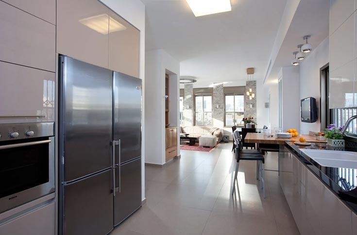 ''לא התפשרתי על המטבח. רציתי סגנון נקי ומודרני, ולמרות שלבחירה הזו היה מחיר יקר יותר, לא ויתרתי'', אומרת בעלת הבית (צילום: שי אפשטיין )