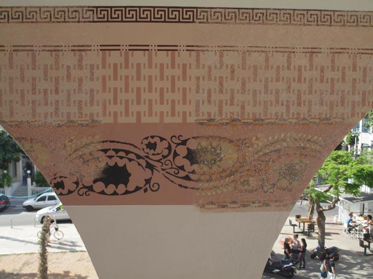 ציורי קיר שנחשפו בבניין שעובר שימור, בפינת הרחובות אלנבי ורוטשילד בתל אביב (צילום: שי פרקש)