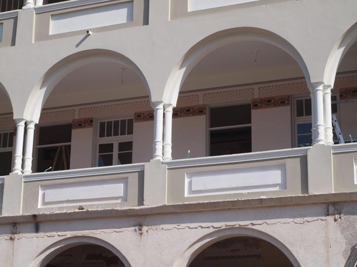 וכך הם נראים מהרחוב. מתוך כ-1,500 מבנים לשימור בתל אביב, יש לפחות 500 שנבנו בסגנון האקלקטי, ובהם יש ציורי קיר (צילום: שי פרקש)