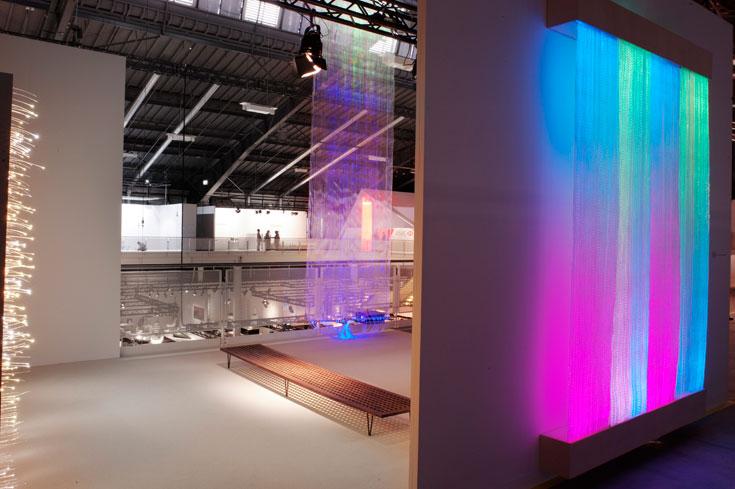 אסטריד קרוג, מעצבת טקסטיל דנית, מציגה אריגת סיבי ניאון עדינים בטכניקות מסורתיות. בתמונה: שטיח באורך 6 מטרים העשוי חוטי תאורה, שמחליפים צבעים בגלים איטים (צילום: James Harris)