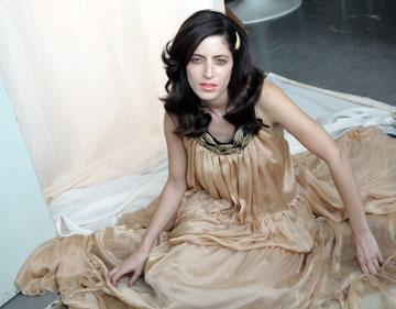 גוש מדגמנת למעצבת התכשיטים אפרת קסוטו, 2009 (צילום: רפי דלויה)