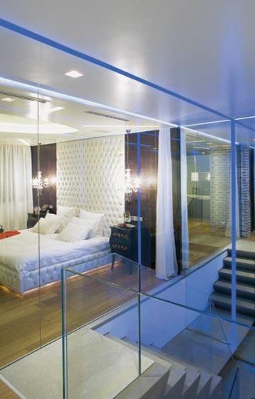 """בדירות דופלקס קטנות אפשר להפריד בזכוכית בין חדרי השינה לחלל המדרגות – כך כל החללים """"מרוויחים"""" ספייס, ואור היום מאיר גם חדרים פנימיים יותר. וילון מפריד כשצריך. תכנון: דור קונפינו (צילום: אלעד שריג)"""