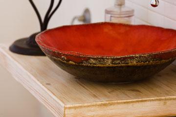 מדף מעץ בהיר שעבר הלבנה, כבסיס לכיור בשירותי אורחים (צילום: רני לוריא )