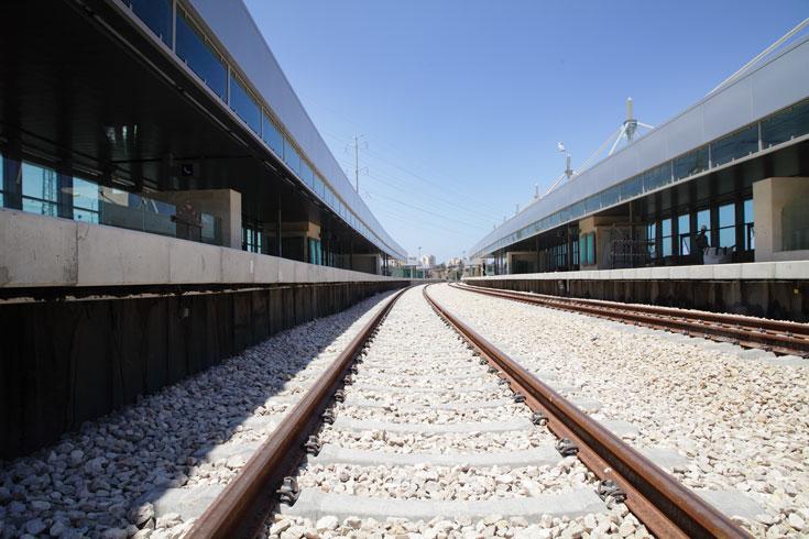 יוצאים מתל אביב דרומה, והתחנה הראשונה שפוגשים אחרי ''ההגנה'' היא צומת חולון. זו התחנה היקרה והגדולה ביותר בקו, והיא תחנה הפוכה (הסבר בכתבה) (צילום: אמית הרמן)