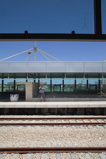 מבט מהתחנה אל בית פנרמה בדרום תל אביב. המבט  מזרחה פונה למקווה ישראל (צילום: אמית הרמן)