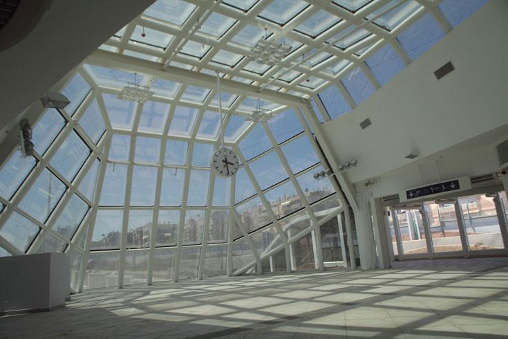 אלמנט בולט נוסף בתחנת וולפסון הוא חרטום הזכוכית, שנצפה היטב מנתיבי איילון ודומיננטי גם במבט הנשקף מהרציפים (צילום: אמית הרמן)
