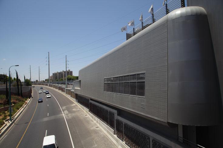 תחנת וולפסון היא הבולטת ביותר בעיצוב שלה. היא נמצאת על מחלף וולפסון המחבר שלוש ערים, והאדריכל ארמון ניסה לייצג את האירודינמיות של הרכבת בעיצוב התחנה (צילום: אמית הרמן)