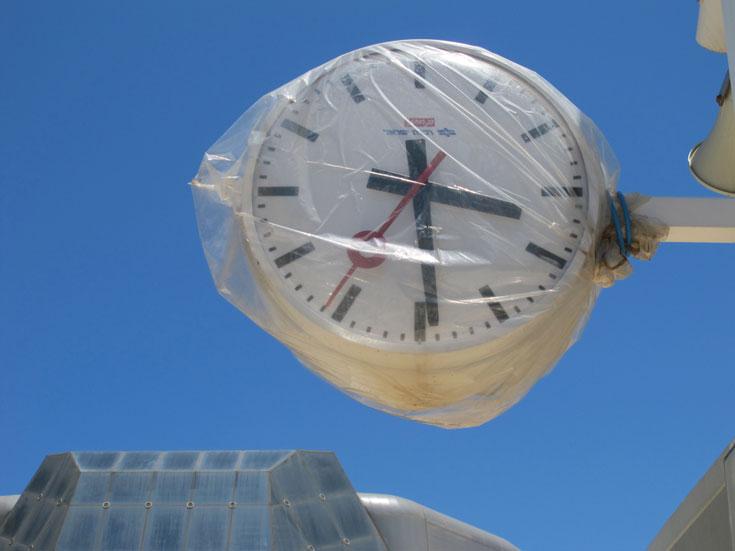 השעונים בתחנה מסונכרנים עם כל שעוני תחנות הרכבת בישראל. הגעה מדויקת של הרכבת לתחנה, היא כבר עניין אחר (צילום: מיכאל יעקובסון)