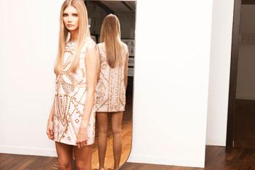 ורסאצ'ה ל-H&M. שמלות קצרות לנשים