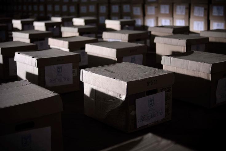 10,000 ספרים נבחרו בקפידה, כשהדגש הושם על יצירת ספריות אותנטיות ומגוונות, כיאה לחדרי עבודה של פילולוגים. (צילום: רן מנדלסון)