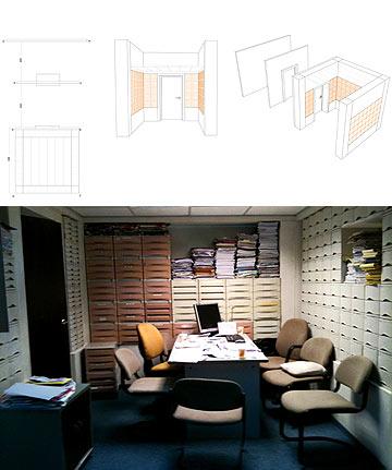 חדר הוועדה במשרד החינוך. ההדמיה למעלה, צילום הסצינה למטה. קורות ועמודים בצורת מזבח (צילום ועיצוב: ערד שוואט)