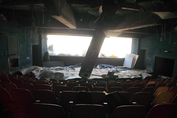 זה היה אולם סגור וממוזג של 400 מושבים שבו ראו את המופעים מתחת למים. הזכוכית האקרילית הנדירה שאורכה 9 מטרים הובאה במיוחד מיפאן (עקב החרם הערבי היה צורך בהתערבות שגריר ישראל) (צילום: אמית הרמן)