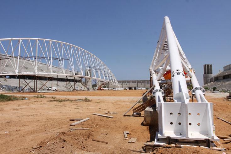 הקורות הראשיות, שמשקלן 300 טונות, ישאו את הגג שיקרה את היציעים (צילום: עידו ארז)