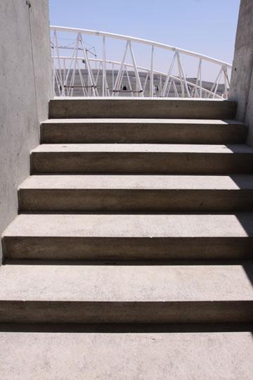 המדרגות לטריבונה. זווית חדה במיוחד (צילום: עידו ארז)