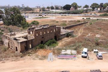 מבט החוצה. בחזית האיצטדיון שוכנת ''ברכת חנין'', מבנה חקלאי היסטורי שעתיד גם הוא לעבור שיקום, אך אינו חלק מהפרויקט (צילום: עידו ארז)