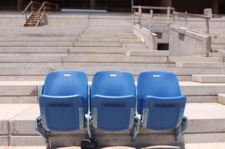 בודקים מושבים. הקהל בשורה הראשונה יהיה קרוב מאוד לדשא, רק שמונה מטרים (צילום: עידו ארז)