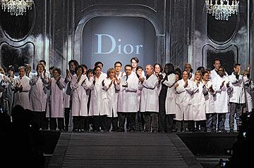 צוות העיצוב של דיור מחליף את גליאנו בסיום תצוגת החורף של בית האופנה (צילום: gettyimages)