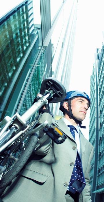 בתמונה: פועל משרד שהתעשר מרכיבה על אופניים (צילום: thinkstock)