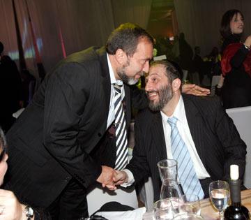 מנהל דיאלוג עניבות עם אביגדור ליברמן (צילום: רפי דלויה)