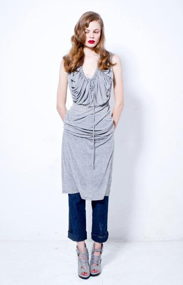 אלינה ליפשיץ מדגמנת את הקולקציה. ''גם נשים במידה 50 ירצו את הבגדים שהיא לובשת'' (צילום: קארין בר)