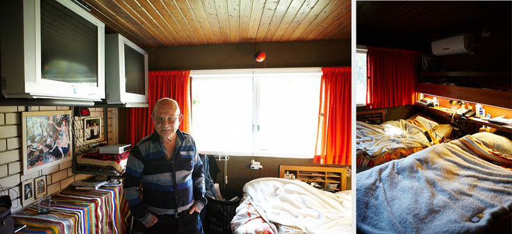 חדר השינה. שני שלטים תלויים ליד המיטה (צילום: ניקיטה פבלוב)