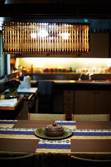 משטח העבודה במטבח עשוי נירוסטה, מה שהיה חדשני בזמנו (צילום: ניקיטה פבלוב)